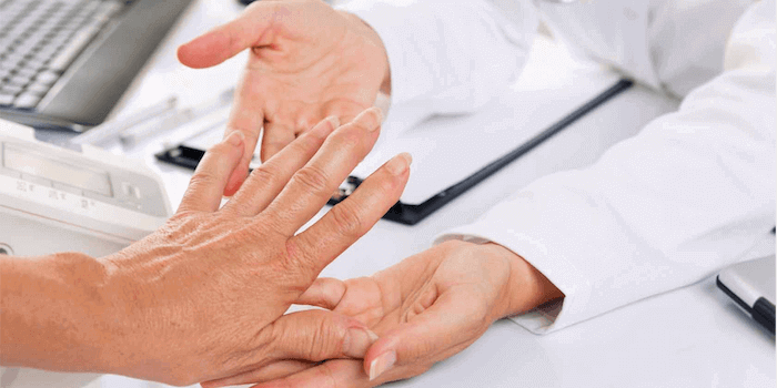 Sollte der zuständige Arzt des Rheuma Erkrankten über die Einnahme informiert werden